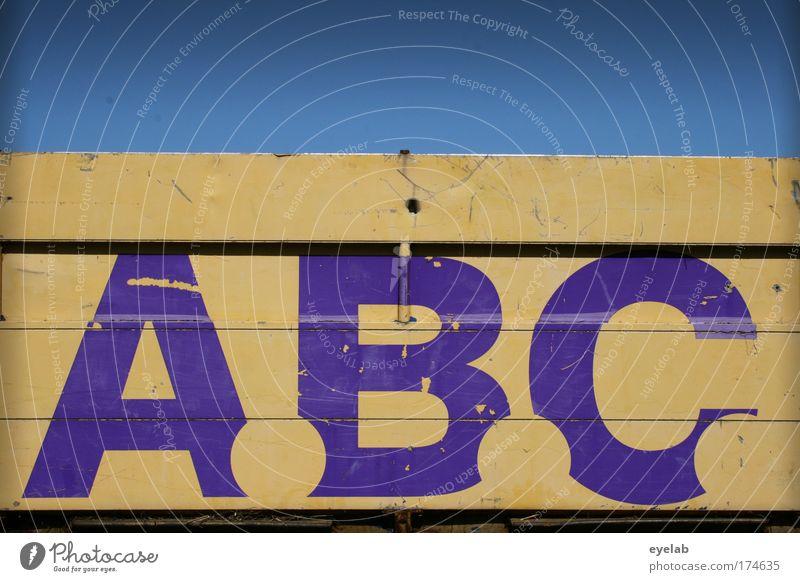 - Alarm ! alt Himmel blau gelb Holz Graffiti Metall Wetter Schilder & Markierungen Verkehr Güterverkehr & Logistik Schriftzeichen kaputt violett Buchstaben Zeichen