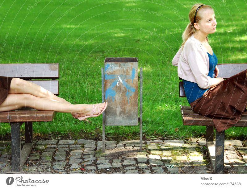 Doppeltes Ces-chen Frau Jugendliche schön Erholung Wiese träumen Park Denken Beine Kraft warten blond Erwachsene Ausflug