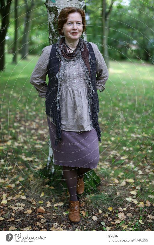 Grün 06 elegant Stil Bluse Rock Schuhe Halstuch Mensch feminin Frau Erwachsene Weiblicher Senior 1 60 und älter Umwelt Natur Landschaft Pflanze Herbst Baum