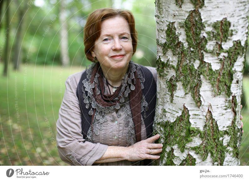 Grün 05 elegant Freiheit Mensch feminin Frau Erwachsene Weiblicher Senior Kopf Haare & Frisuren Hand 1 60 und älter Umwelt Natur Landschaft Pflanze Baum Garten