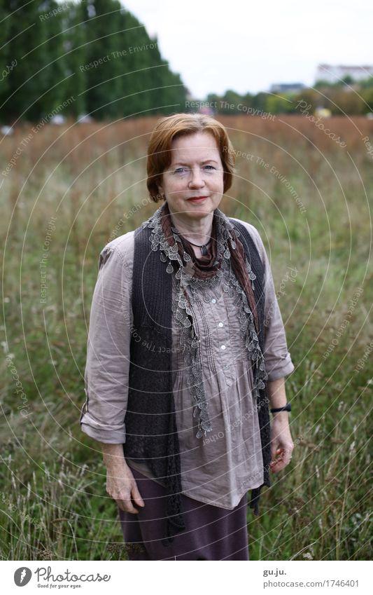 Grün 04 Mensch feminin Frau Erwachsene Weiblicher Senior 1 60 und älter Umwelt Natur Landschaft Pflanze Baum Gras Sträucher Grünpflanze Park Wiese Feld Mode