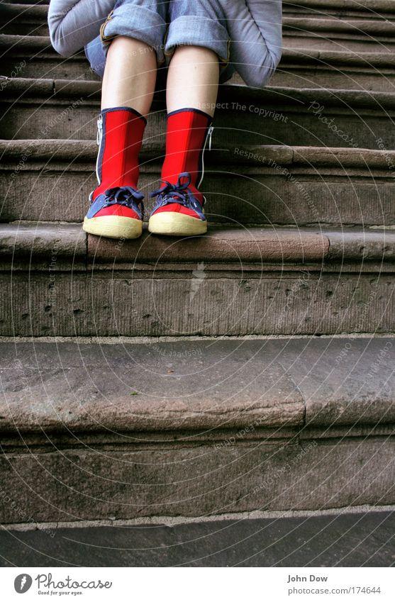 ROT Jugendliche rot Einsamkeit Stil Stein Fuß Schuhe Beine warten verrückt sitzen Lifestyle Treppe Jeanshose einzigartig Frau