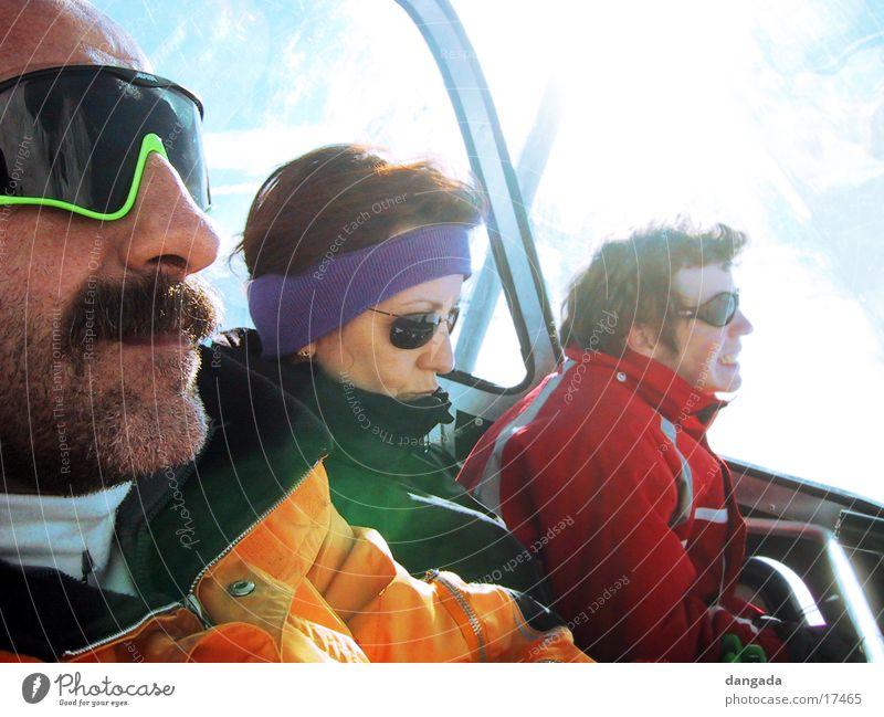 just cool 2 Sonne Menschengruppe Coolness Bart Sonnenbrille Sesselbahn Seilbahn Winterurlaub Stirnband