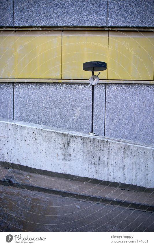 gentrification is a bliss Farbfoto Außenaufnahme Menschenleer Tag Zentralperspektive Architektur Mauer Wand alt authentisch dreckig gelb grau Rampe Parkhaus