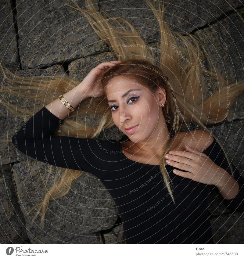 . Mensch Frau schön ruhig Erwachsene Wege & Pfade feminin Haare & Frisuren Stein liegen blond warten beobachten Neugier T-Shirt Gelassenheit