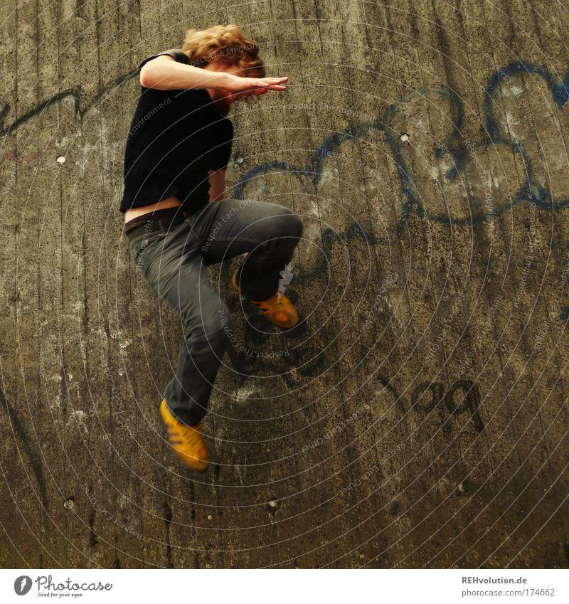 Oben ist unten und unten ist oben. Mensch Jugendliche Erwachsene gelb Wand Freiheit grau Bewegung Glück springen Mauer Stil Gesundheit Kraft Freizeit & Hobby