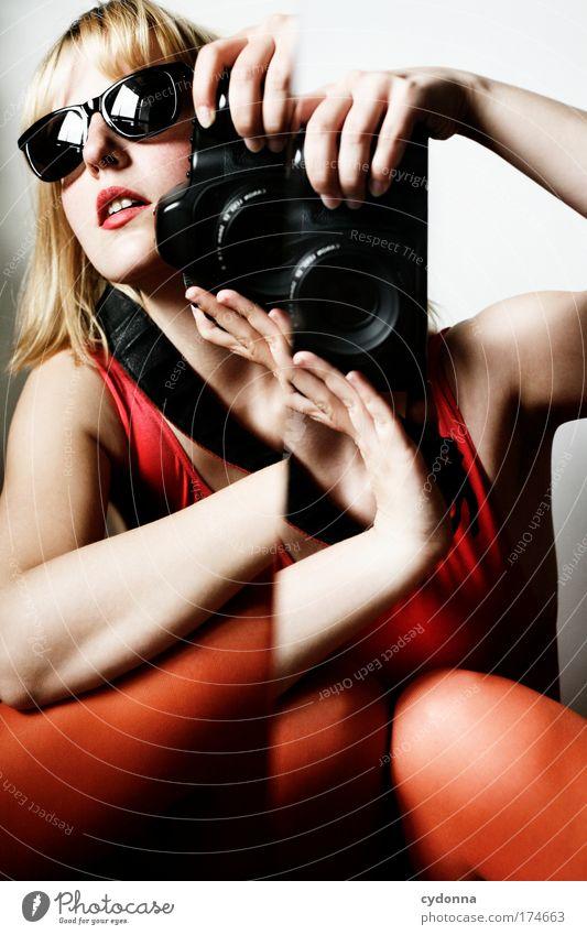 Behind the Mirror VII Farbfoto Innenaufnahme Nahaufnahme Experiment Textfreiraum rechts Textfreiraum unten Hintergrund neutral Tag Licht Schatten Kontrast
