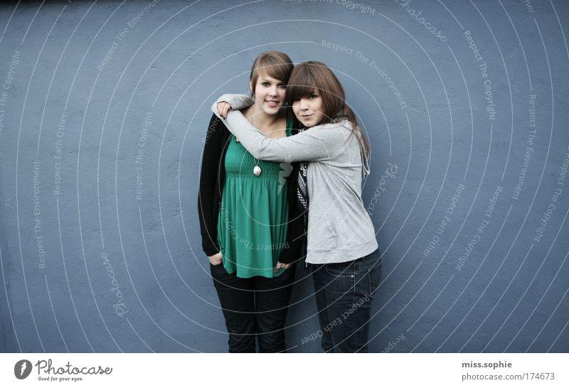 im herzen gibt es keine kilometer Jugendliche blau feminin Freundschaft Zufriedenheit Zusammensein lustig Blick Fröhlichkeit authentisch einzigartig Unendlichkeit Sehnsucht natürlich berühren