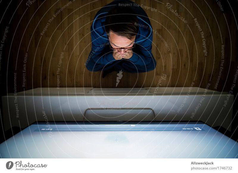 binge-watching 1 Mensch Jugendliche Mann Junger Mann 18-30 Jahre Erwachsene maskulin Freizeit & Hobby Angst sitzen Brille Neugier Internet Überraschung