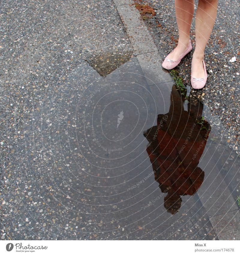 Kontrapost Mensch Wasser Straße Herbst feminin Wege & Pfade Fuß Beine Wetter nass Rock Bürgersteig Pfütze Spiegelbild Regenwasser schlechtes Wetter