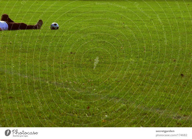 untenrum. Mensch Sport Beine Fuß liegen Fußball maskulin Fußballer Sport-Training Sportler Torwart