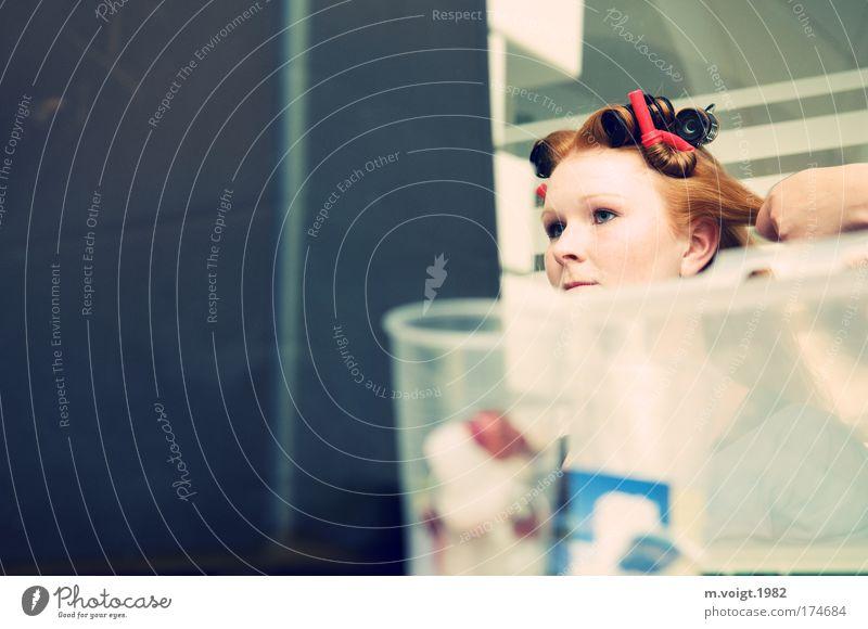 Mein Baby war beim Friseur... Farbfoto Innenaufnahme Textfreiraum links Kunstlicht Starke Tiefenschärfe Porträt Blick nach vorn schön Haare & Frisuren Gesicht