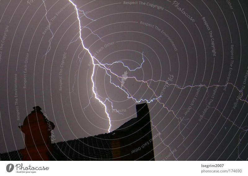 Blitze in der Nacht Himmel Natur Sommer Wolken Haus Wärme Wetter Kraft Angst Energie Klima gefährlich bedrohlich Dach Urelemente Warmherzigkeit