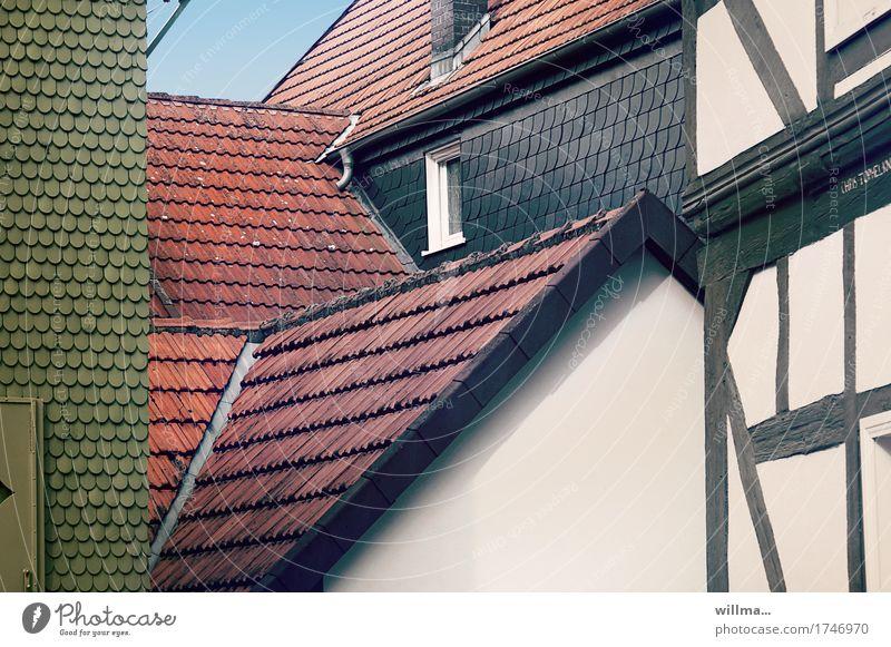 verdachtsmoment | AST 9 Haus Bauwerk Gebäude Architektur Fachwerkfassade Fachwerkhaus Dach Schieferdach Dachziegel grün rot weiß eng Fenster historisch Alsfeld