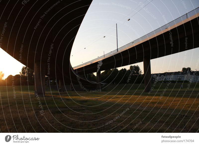 Urban Gedeckte Farben Außenaufnahme Menschenleer Textfreiraum unten Dämmerung Schatten Kontrast Sonnenaufgang Sonnenuntergang Stadt Brücke Verkehr Verkehrswege
