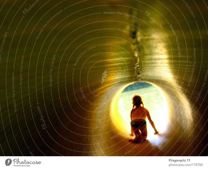 Ab in die Freiheit Mensch Kind Mädchen gelb Spielen Gefühle Haare & Frisuren Denken Beine Fuß Kindheit gold Rücken Arme glänzend