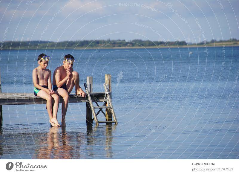 Rein oder nicht rein, das ist die Frage Mensch Kind blau Wasser kalt sprechen Küste Junge See Freundschaft maskulin Körper sitzen Kindheit Haut warten