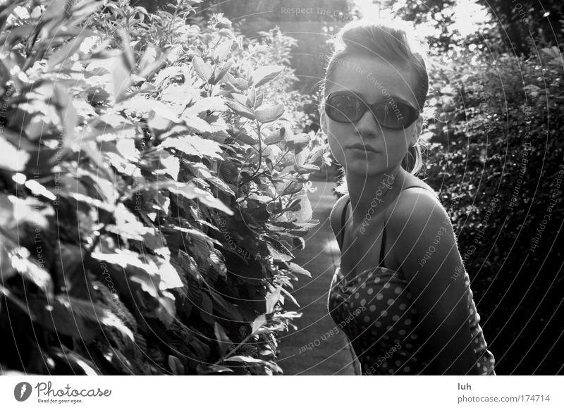 summertime, baby elegant Stil Mensch feminin Junge Frau Jugendliche 1 Natur Schönes Wetter Blick ästhetisch trendy schön dünn Erotik ruhig Gasse Hecke