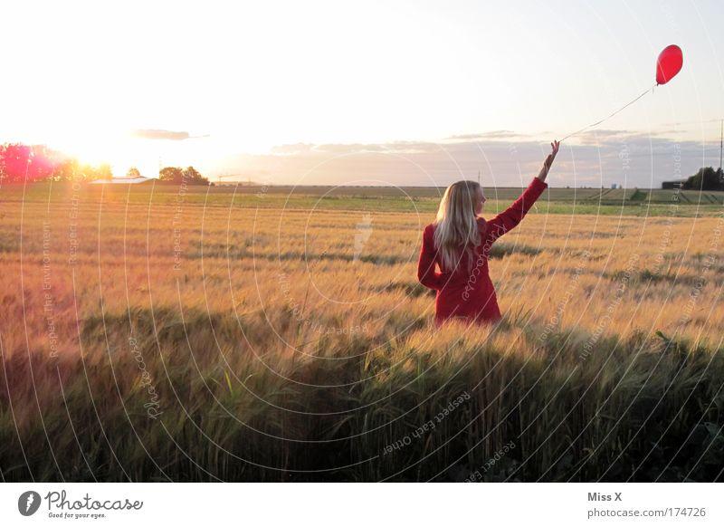 away Frau Mensch Jugendliche schön rot Liebe Landschaft Gefühle Glück Erwachsene Traurigkeit Feld blond Wind Herz Luftballon