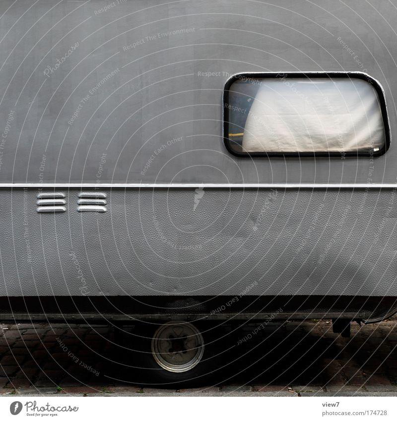 kleiner Grauer alt Ferien & Urlaub & Reisen Ferne Straße Wand Fenster grau Mauer PKW Metall Verkehr Tourismus trist Streifen authentisch einzigartig