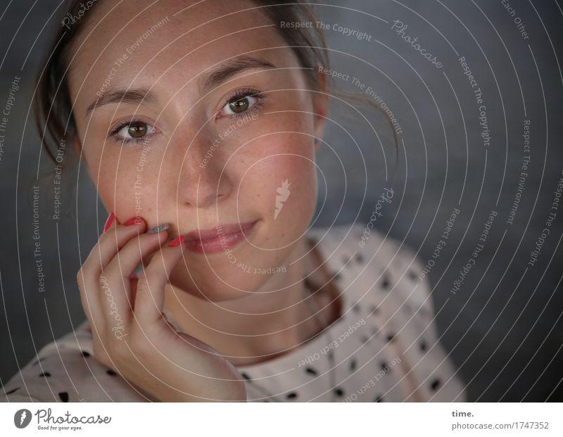 . feminin 1 Mensch Kleid Nagellack brünett kurzhaarig beobachten Denken Lächeln Blick warten schön Glück Zufriedenheit Leidenschaft Vertrauen Sympathie Romantik