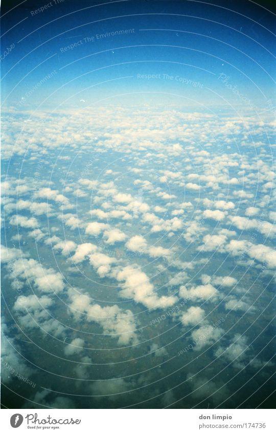 planet caravan Himmel blau Wolken Ferne Horizont fliegen Luftverkehr Schönes Wetter Hochsitz Raumfahrt Lomografie Verkehr Flugzeugausblick