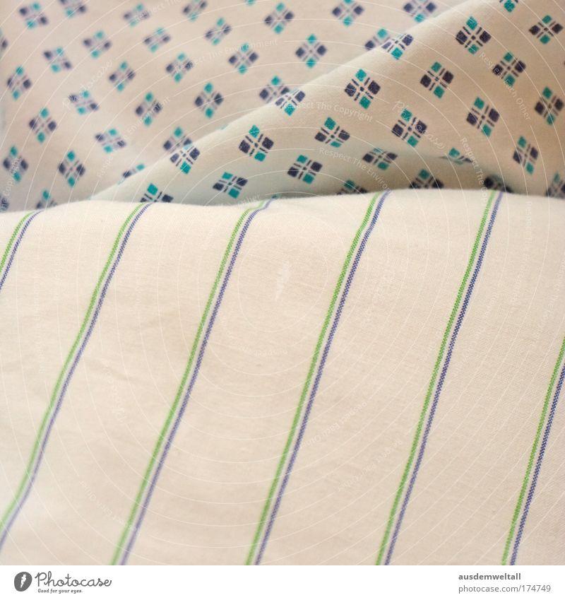 A Medical History blau grün Raum liegen warten leer kaputt Streifen Bett Stoff Sauberkeit violett Bettwäsche beige Knie sehr wenige