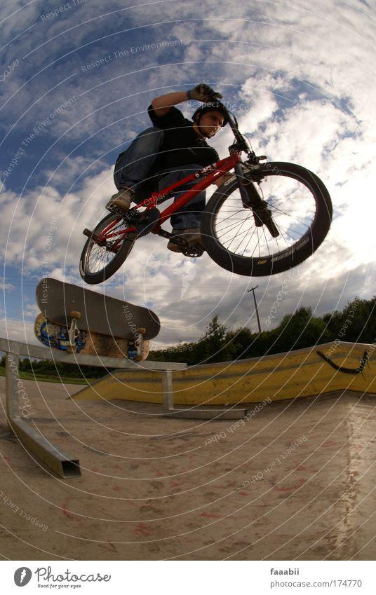 Mane - Transfer Farbfoto Außenaufnahme Luftaufnahme Textfreiraum unten Tag Kontrast Fischauge Ganzkörperaufnahme Freude Freizeit & Hobby Sommer BMX Sportpark