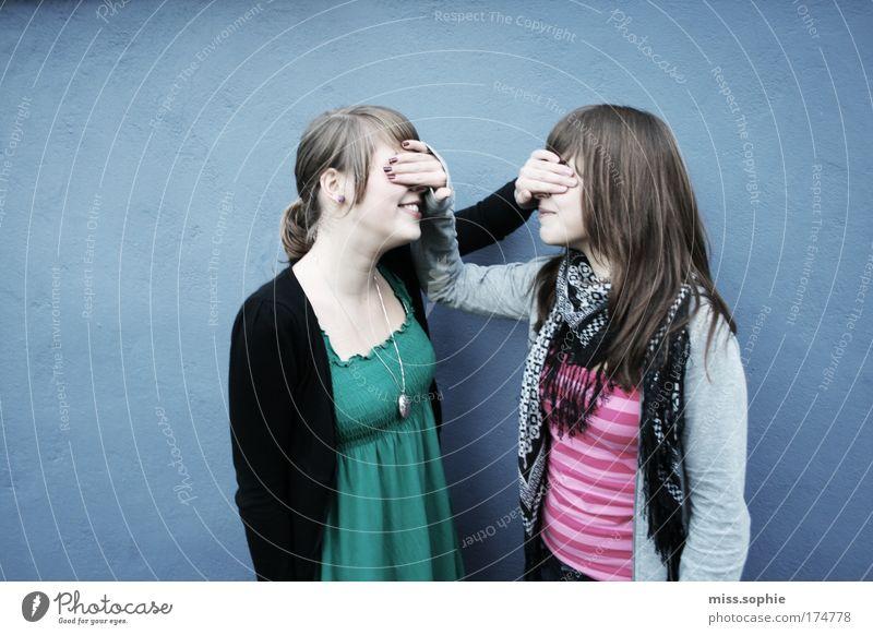 unerkannt Farbfoto Außenaufnahme Textfreiraum links Tag feminin Freundschaft Jugendliche Arme 2 Mensch Schal brünett beobachten berühren entdecken Lächeln