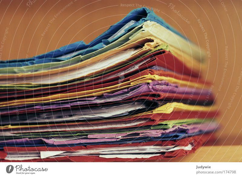 Mappen Gedeckte Farben Innenaufnahme Menschenleer Hintergrund neutral Schwache Tiefenschärfe Bildung Wissenschaften Schule Schüler Berufsausbildung Studium