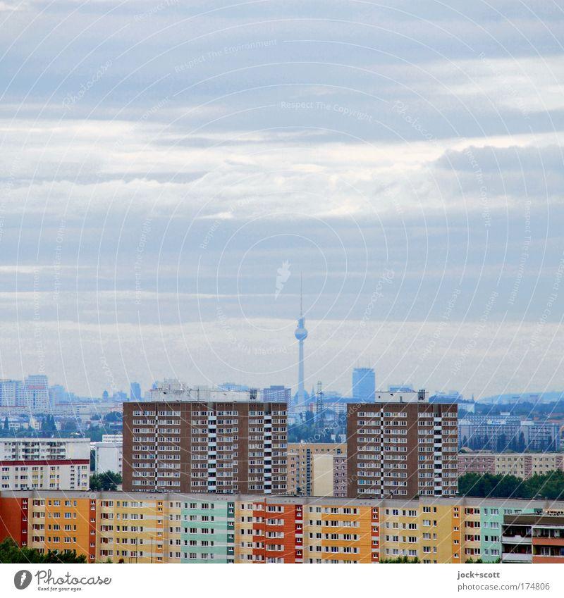 platte Aussicht auf Berlin Wolken Klimawandel Hauptstadt Skyline Plattenbau Wohnhochhaus Fassade Wahrzeichen Berliner Fernsehturm authentisch Ferne oben