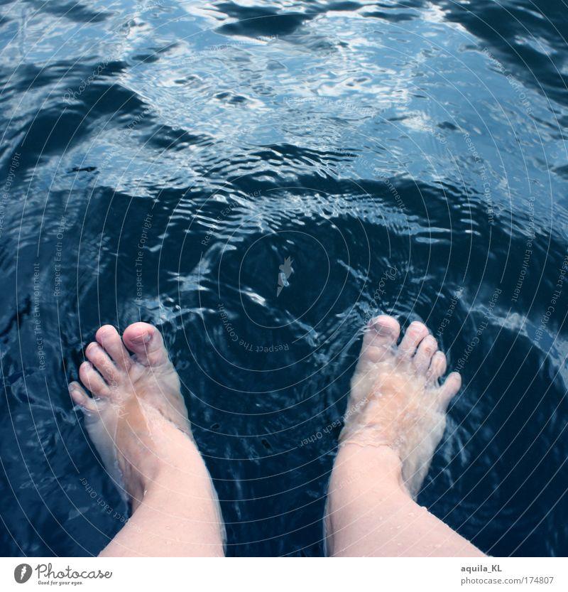 hui kalt Beine Fuß Schwimmen & Baden Zehen Wasser Wellen Wellenschlag Fußbad Barfuß Farbfoto Außenaufnahme Textfreiraum oben