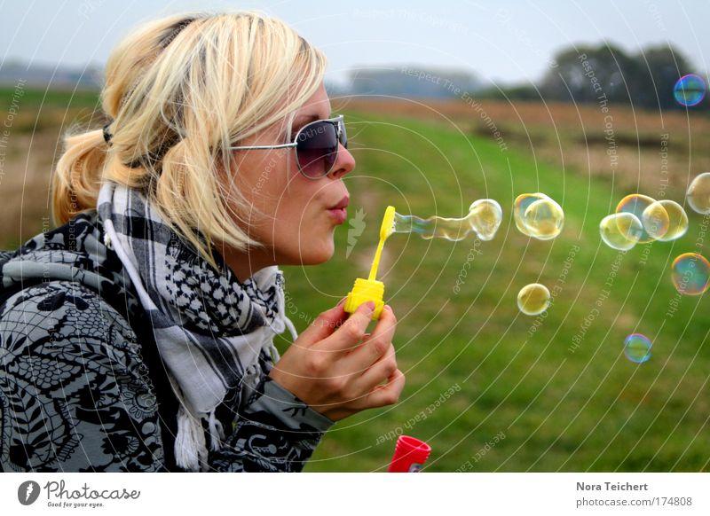 *Seifenblasen* Mensch Jugendliche Frau schön Freude Leben feminin Freiheit Glück träumen Stimmung Erwachsene blond Energie frei