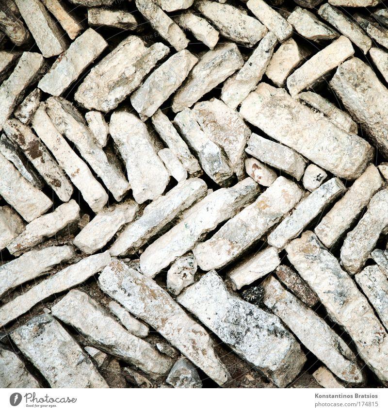 ZIGGZAGG Farbfoto Gedeckte Farben Außenaufnahme Detailaufnahme Muster Menschenleer Tag Mauer Wand Steinmauer Sand alt dreckig trocken Zickzack Naturstein Granit