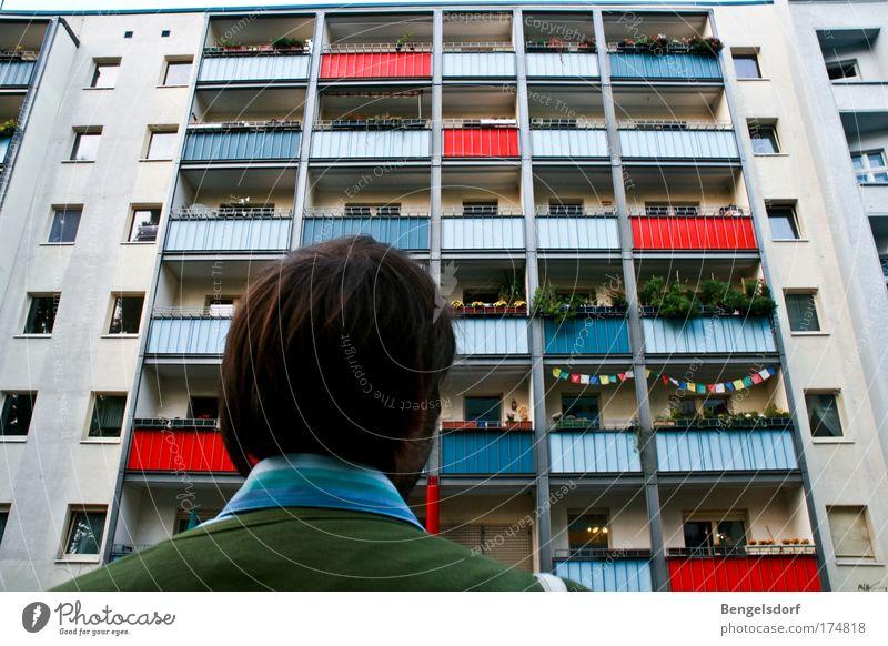 4. Stock rechts Mensch Stadt Haus Fenster Wohnung Fassade Armut maskulin Hochhaus Häusliches Leben viele Balkon Etage Geborgenheit Plattenbau hässlich