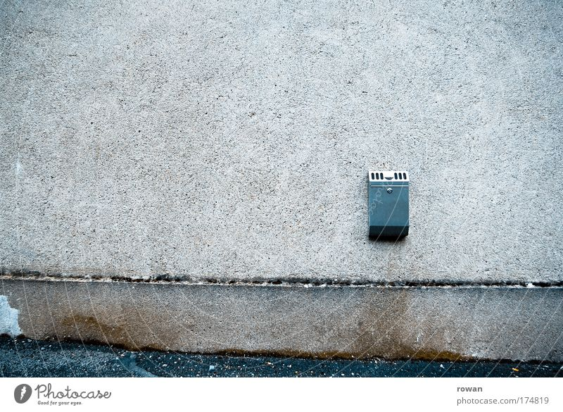 raucherecke dunkel kalt Wand Mauer warten dreckig leer trist Rauchen trashig Langeweile Aschenbecher Rauchpause