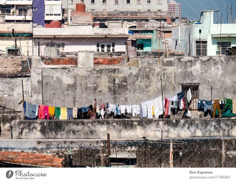 Waschtag Mensch Frau Stadt Haus Erwachsene Wand feminin Mauer Fassade Häusliches Leben Bekleidung Armut Dach Mutter Balkon verfallen