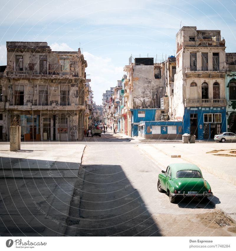Centro Habana Ferien & Urlaub & Reisen Tourismus Ferne Sommer Stadt Straße Oldtimer alt Armut historisch kaputt retro Optimismus Lebensfreude Politik & Staat