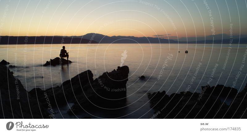 Schön ... kitschig Mensch Mann Wasser Meer Sommer Ferien & Urlaub & Reisen ruhig schwarz Einsamkeit Küste Erwachsene Insel violett Kitsch Nachthimmel