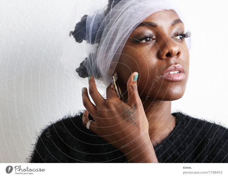 . feminin 1 Mensch Pullover Stoff Schmuck Ring Tattoo Ohrringe Haare & Frisuren schwarzhaarig kurzhaarig beobachten Denken Blick schön Zufriedenheit