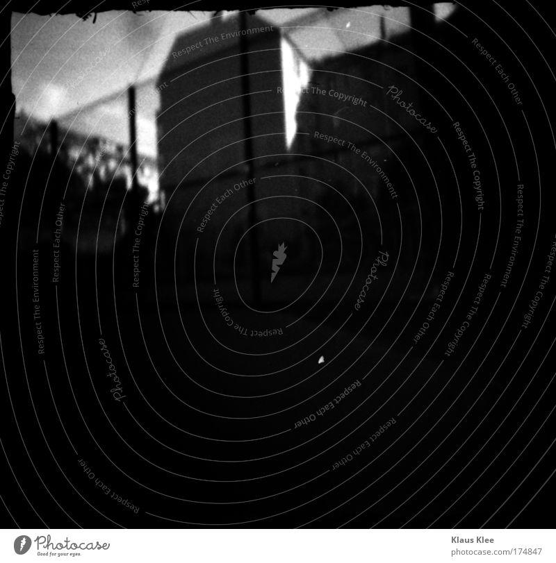 THE NOISE GOES AROUND ::::::. Schwarzweißfoto Außenaufnahme Experiment abstrakt Menschenleer Tag Schatten Kontrast Kunst Luft Bundesadler Haus Gebäude Denkmal