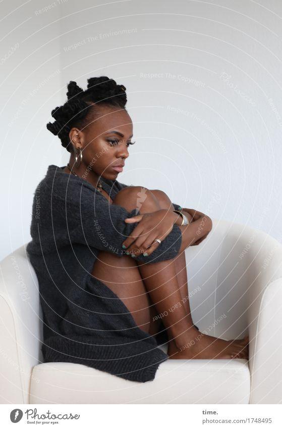 . Sessel feminin Frau Erwachsene 1 Mensch Jacke Schmuck Haare & Frisuren schwarzhaarig kurzhaarig Denken festhalten sitzen warten außergewöhnlich schön Gefühle