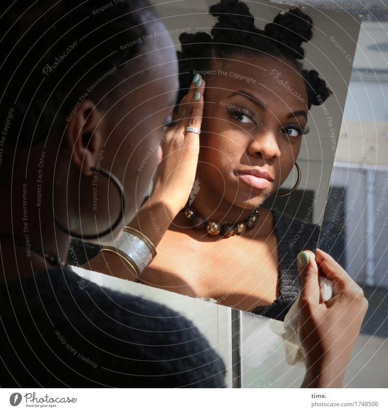 . Stil schön feminin 1 Mensch Schmuck Ohrringe Armreif Halskette Haare & Frisuren schwarzhaarig kurzhaarig Spiegel beobachten Denken entdecken Blick Wärme