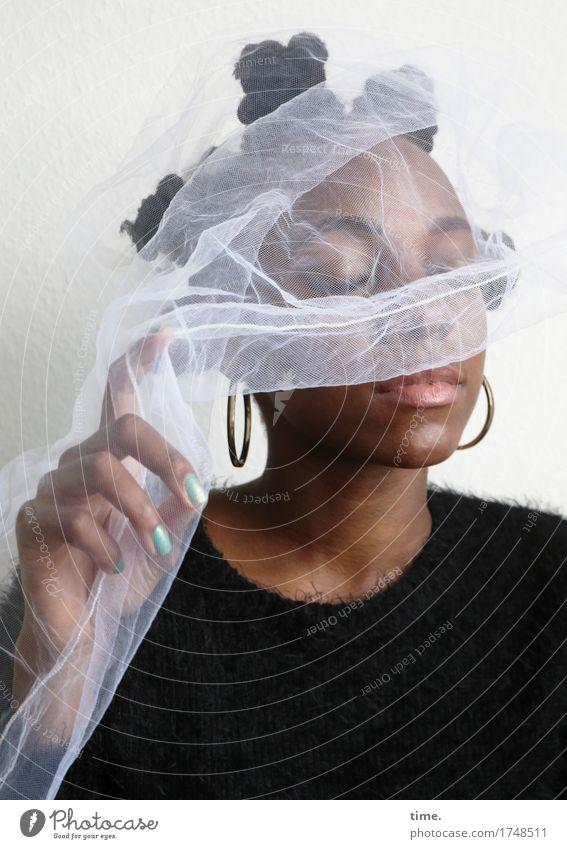 . feminin 1 Mensch Kunst Künstler Theaterschauspiel Pullover Stoff Schmuck Ohrringe Haare & Frisuren schwarzhaarig kurzhaarig berühren Denken genießen schön