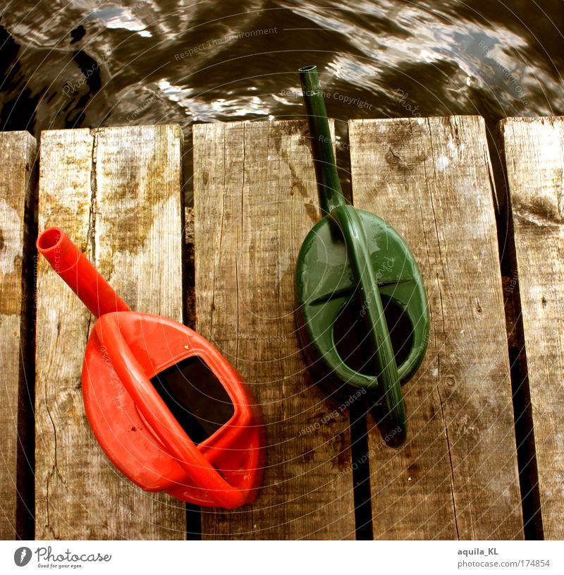 Ich gieße Wasser in die Regenrinne grün rot Arbeit & Erwerbstätigkeit See Wellen Steg Holzbrett gießen Gießkanne Wellengang