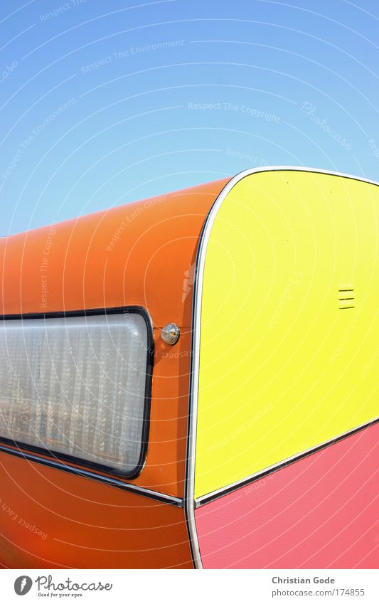 BUNT Kunststoff mehrfarbig Wohnwagen Anhänger Himmel himmelblau Blauer Himmel rosa gelb orange Fenster Gardine Belgien Ferien & Urlaub & Reisen Urlaubsverkehr