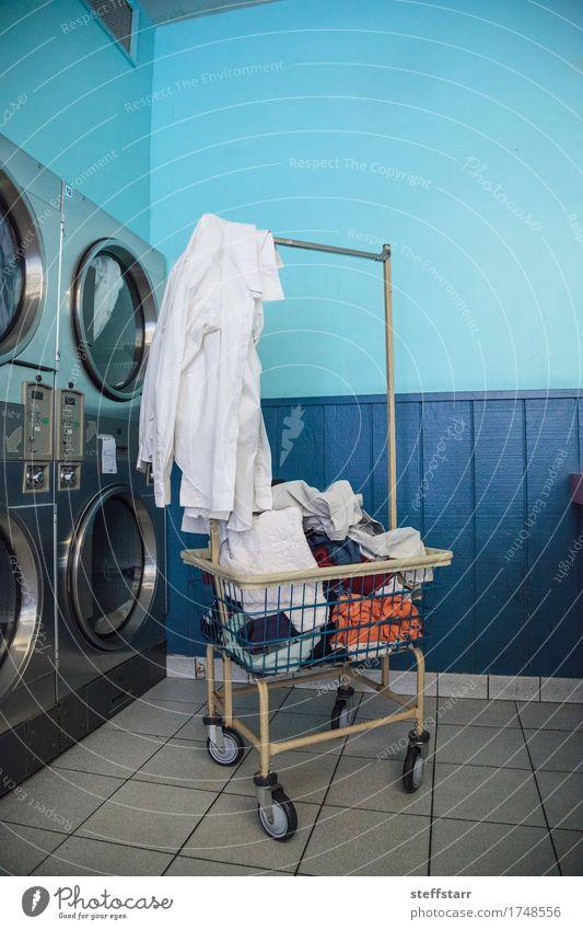Waschen und Trocknen im Waschsalon blau weiß Bekleidung Industrie Sauberkeit Reinigen T-Shirt Stoff Hose türkis Hemd Rock Maschine Unterwäsche