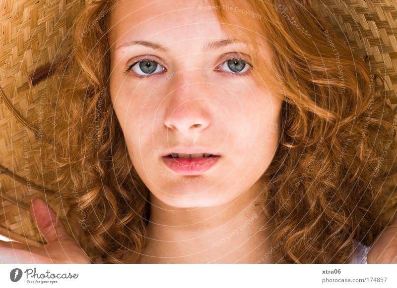 sommermädchen Farbfoto Außenaufnahme Sonnenlicht Porträt Blick Blick in die Kamera Blick nach vorn Mensch feminin Junge Frau Jugendliche Erwachsene Haut Kopf