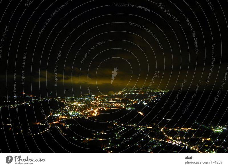 Meran - Zimmer mit Aussicht Stadt schön schwarz Horizont Perspektive Skyline Nacht Südtirol Nachthimmel Nachtaufnahme Lichtermeer Stadtlicht