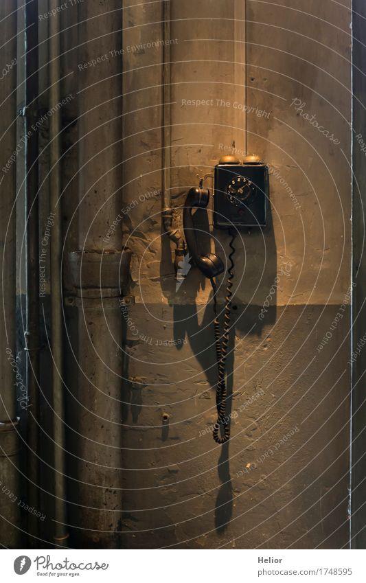 Altes Wandtelefon Telefon Telekommunikation Mauer Beton Metall Kunststoff hängen Kommunizieren alt dunkel retro braun gelb gold grau schwarz Design analog